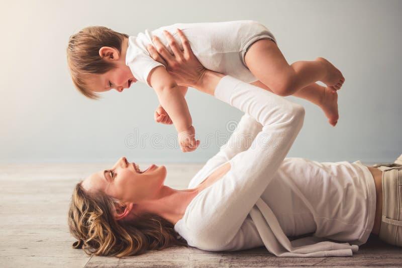 Maman et bébé image libre de droits