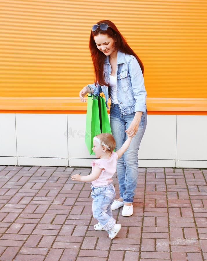 Maman et bébé heureux avec la marche de paniers photos libres de droits