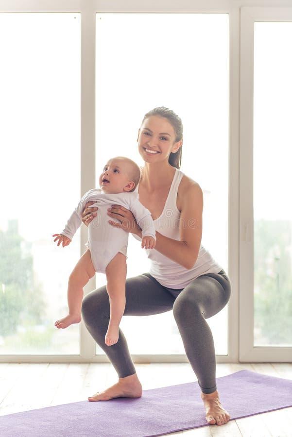 Maman et bébé sportifs photo stock