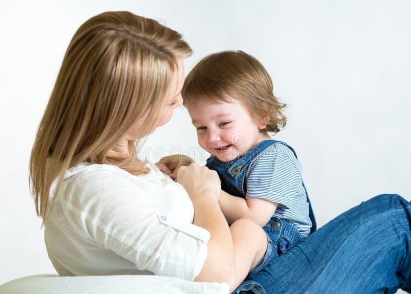 Maman et enfant ayant le passe-temps d'amusement parenthood photographie stock
