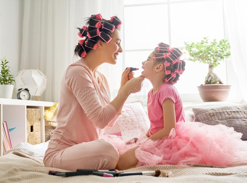 Maman et enfant faisant le maquillage photo stock