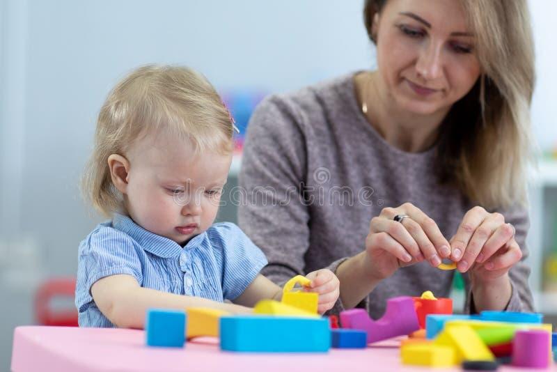 Maman et enfant jouant avec des jouets de développement Concept d'éducation préscolaire image libre de droits