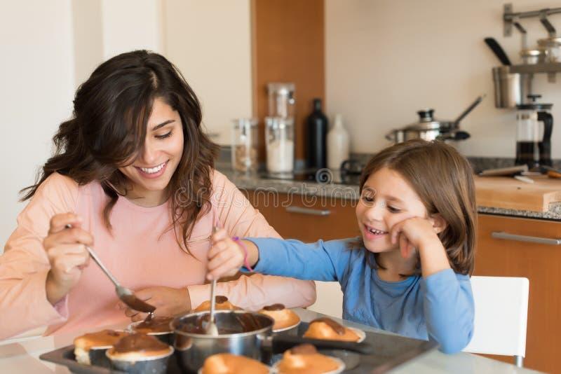 Maman et fille dans la cuisine photo libre de droits