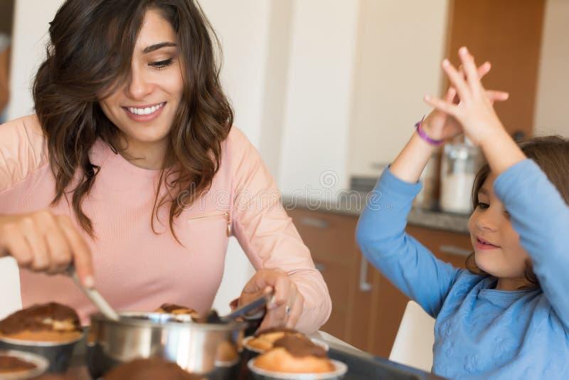 Maman et fille dans la cuisine image libre de droits