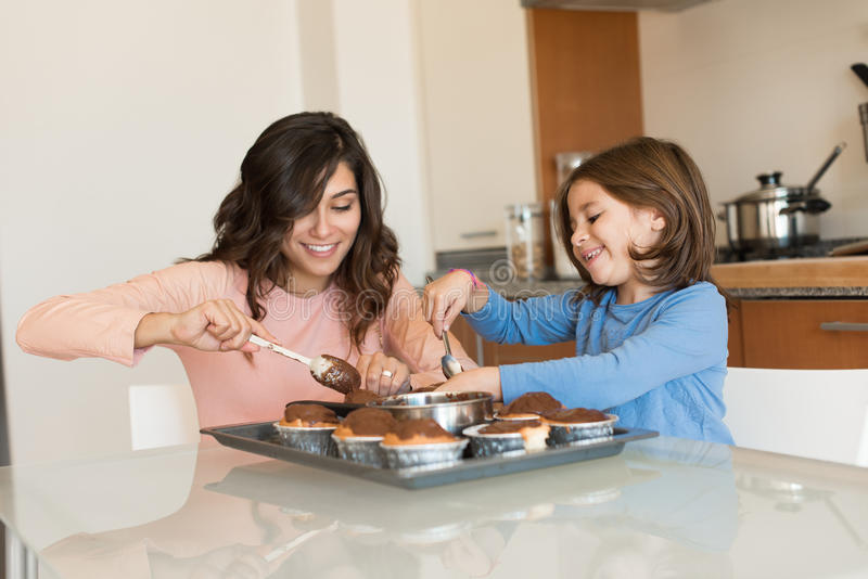 Maman et fille dans la cuisine photos stock