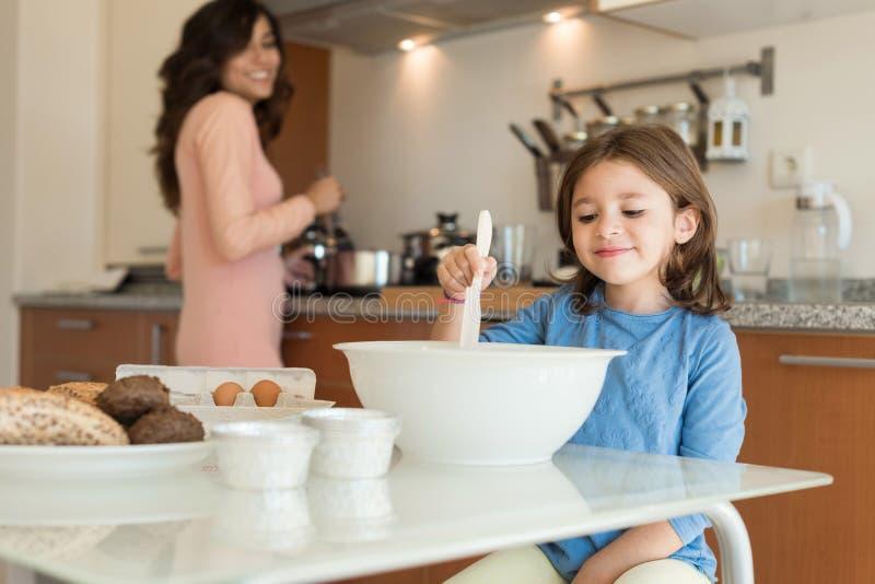 Maman et fille dans la cuisine photographie stock libre de droits