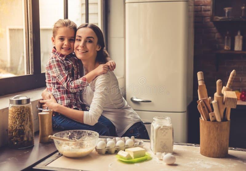 Maman et fille dans la cuisine image stock