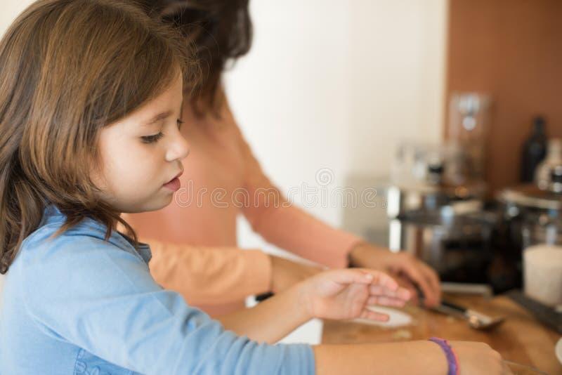 Maman et fille dans la cuisine photo stock