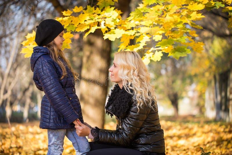 Maman et fille en parc image libre de droits