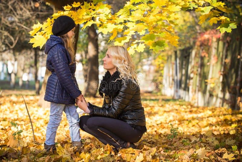 Maman et fille en parc photo stock