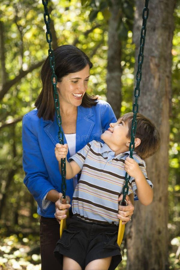 Maman et fils. photographie stock