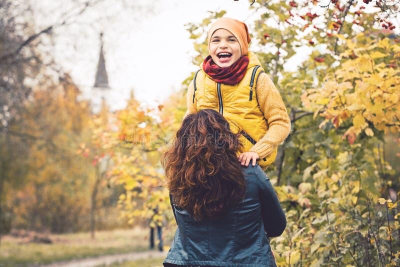 Maman et fils ensemble Garçon d'enfant ayant l'amusement photo stock