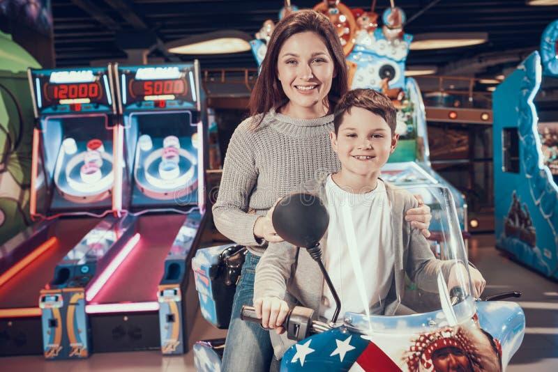 Maman et fils heureux en parc d'attractions images stock