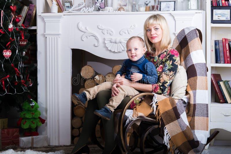 Maman et fils s'asseyant dans une chaise images stock