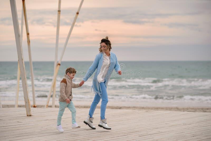 Maman et fils sur la plage images stock