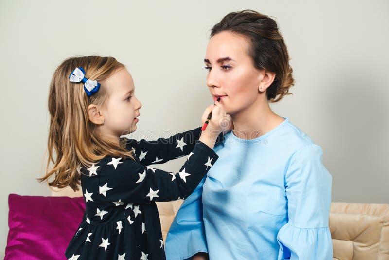 Maman et la petite fille se maquillent Bonne mère et fille s'amusant ensemble à la maison Concept de famille heureuse photographie stock