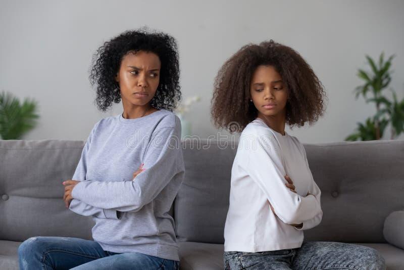 Maman fâchée et fille noires ne parlant pas après combat photos stock