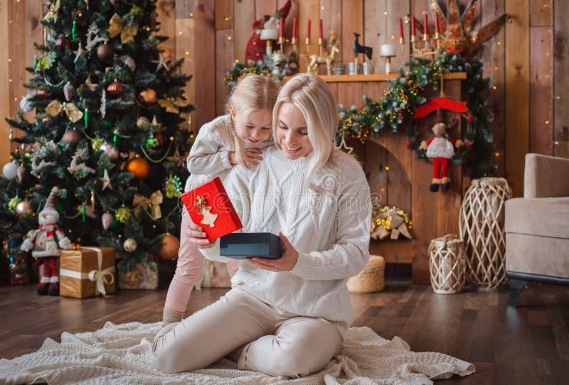 Maman gaie et sa fille mignonne de fille échangeant des cadeaux photographie stock libre de droits