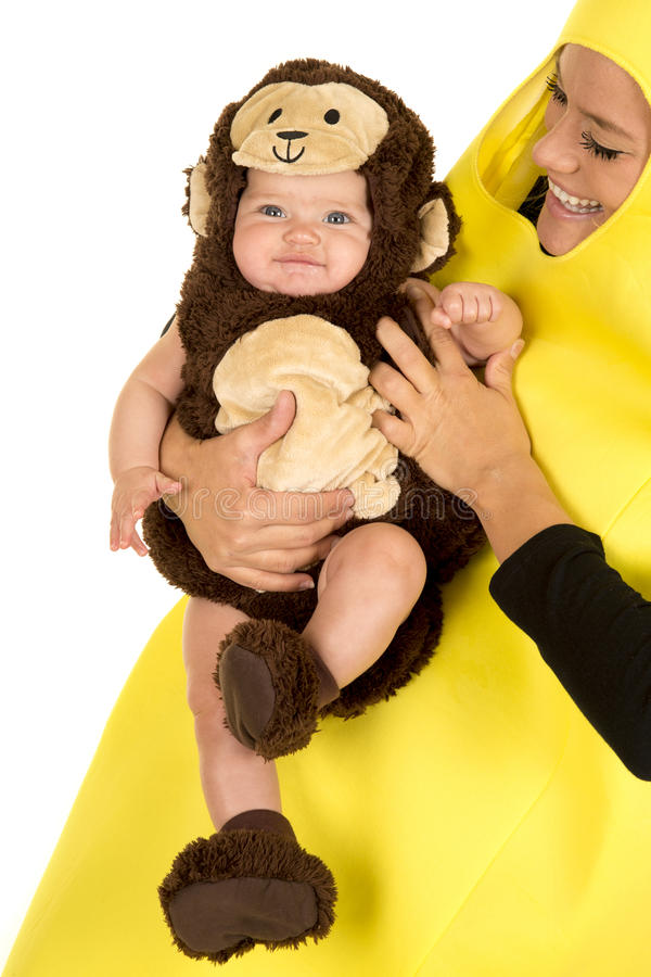 Maman habillée comme banane avec la fin de bébé de singe photo libre de droits