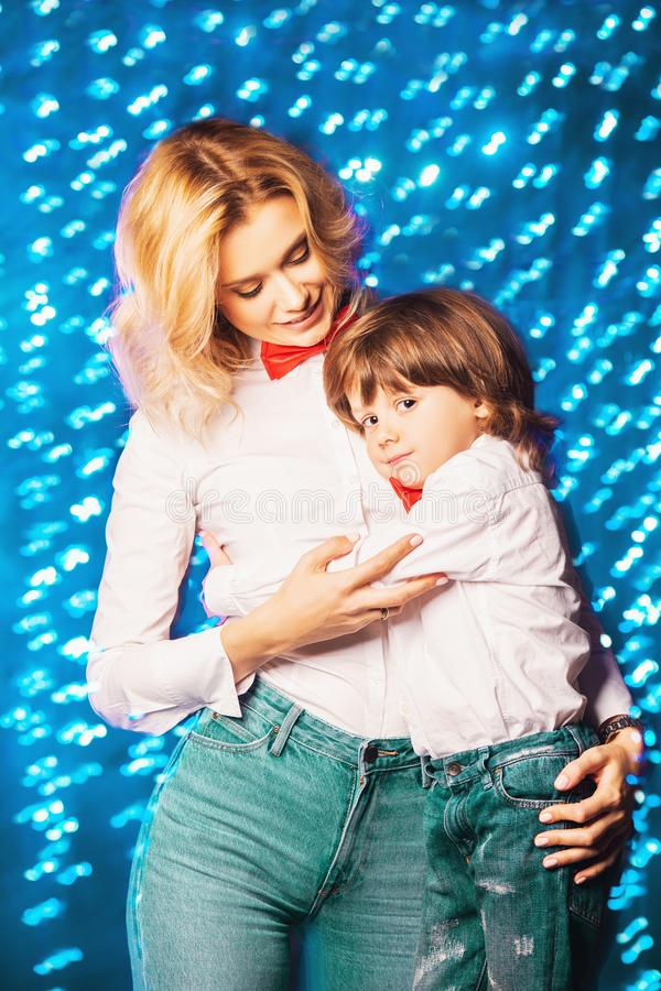 Maman heureuse avec le fils images libres de droits