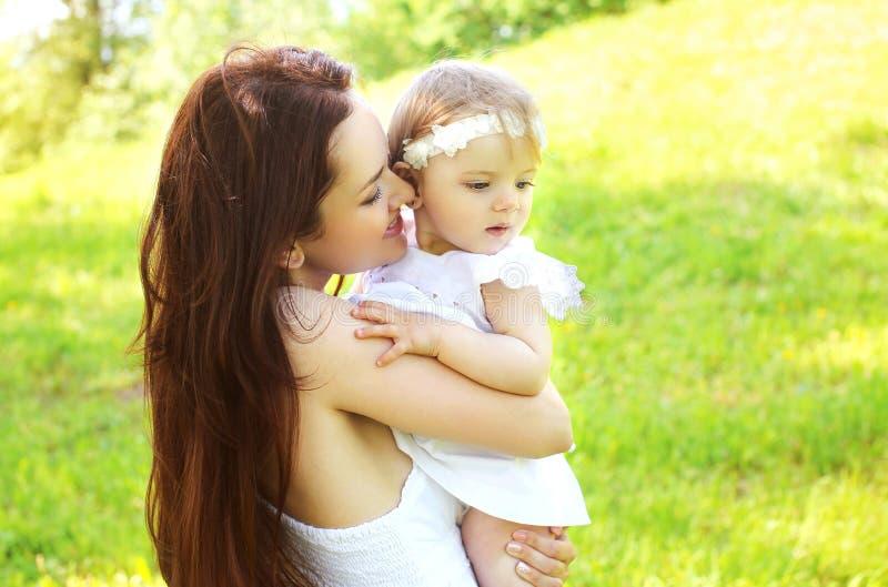 Maman heureuse et bébé affectueux ensemble extérieurs image stock
