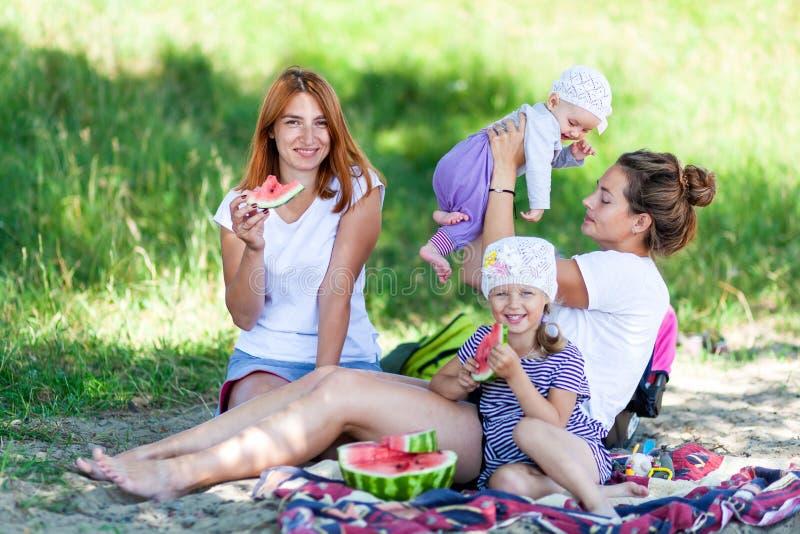 Maman jouant avec ses enfants photo stock