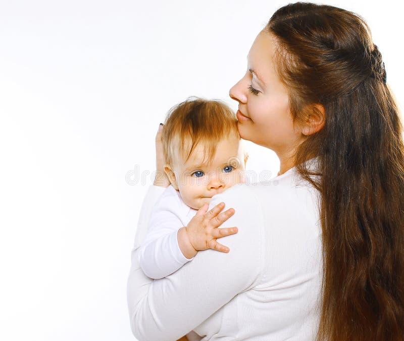 Maman sensuelle et bébé de portrait ensemble photo stock