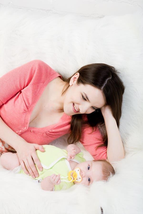 Mamaspiele mit kleinem Schätzchen lizenzfreie stockbilder
