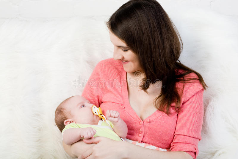 Mamaspiele mit kleinem Schätzchen stockfotos