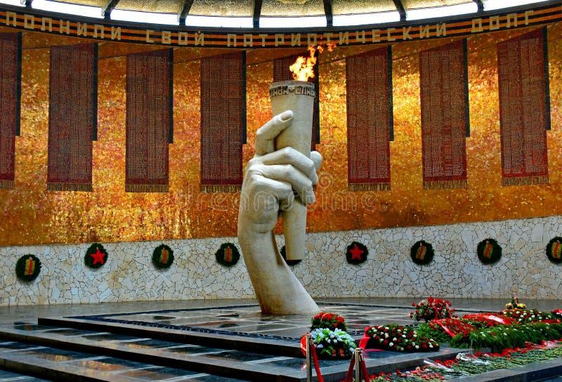 Mamayev Kurgan i Volgograd Stalingrad Hall av militär härlighet, i mitt-handen av den stupade krigaren fotografering för bildbyråer