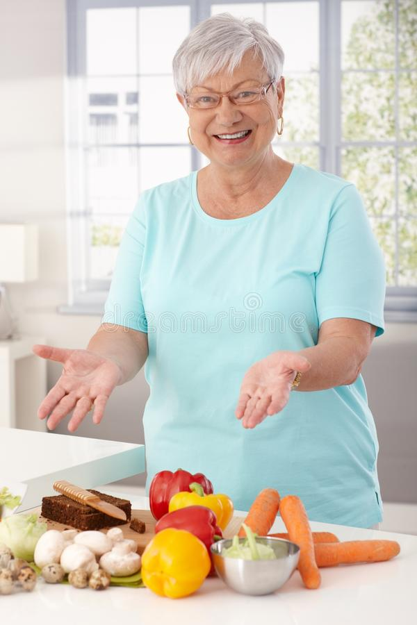 Mamie heureuse préparant la nourriture saine photos libres de droits