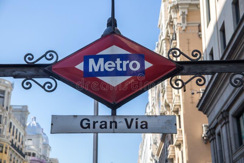 Mamie par l'intermédiaire de station de métro image libre de droits