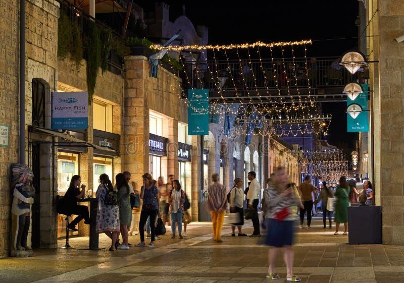 Mamilla - promenade avec des magasins et des cafés à Jérusalem La nuit avec l'éclairage image stock