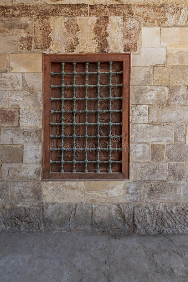 Mamluk eraträstängt fönster med träutsmyckat raster över stentegelstenväggen, blå moské, Kairo, Egypten royaltyfri fotografi