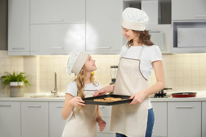 Mamma adorabile e bambino che tengono lo strato di cottura con i biscotti immagine stock libera da diritti