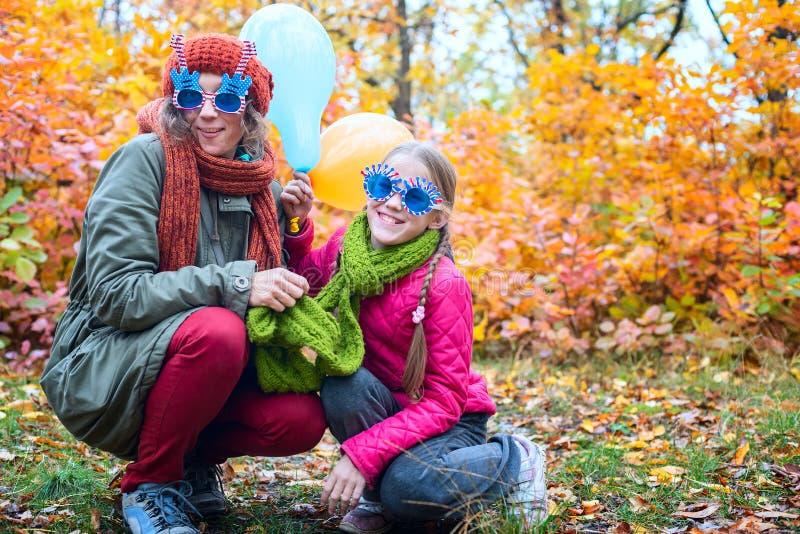 Mamma allegra e figlia adolescente immagine stock libera da diritti