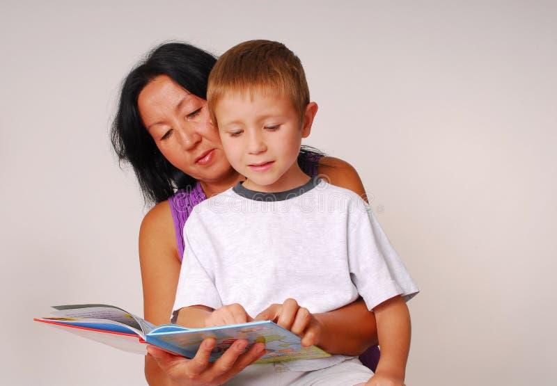 Mamma & Zoon die Acht lezen royalty-vrije stock foto