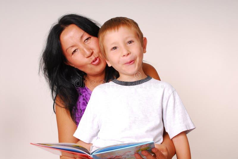 Mamma & Zoon die Drie lezen stock afbeeldingen