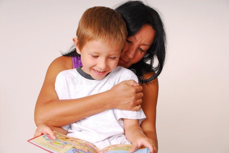 Mamma & Zoon die Negen lezen royalty-vrije stock fotografie