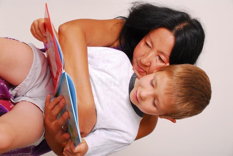 Mamma & Zoon die Tien lezen royalty-vrije stock foto's