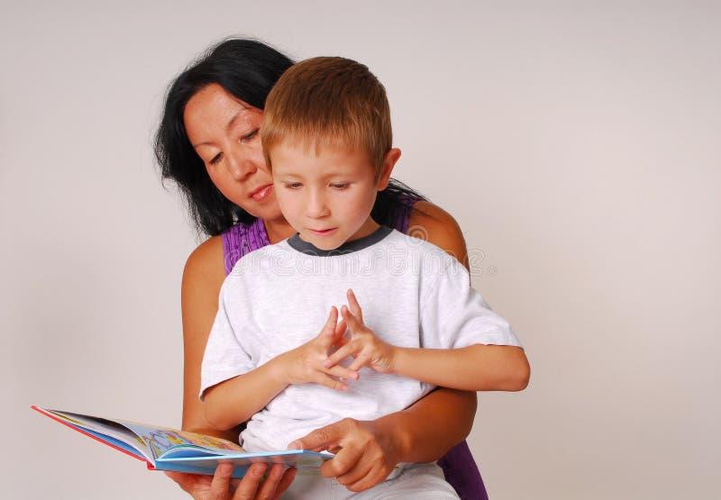 Mamma & Zoon die Zes lezen royalty-vrije stock foto's