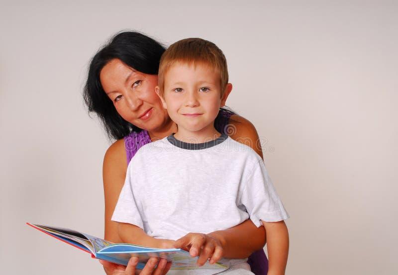 Mamma & Zoon die Zeven lezen stock foto