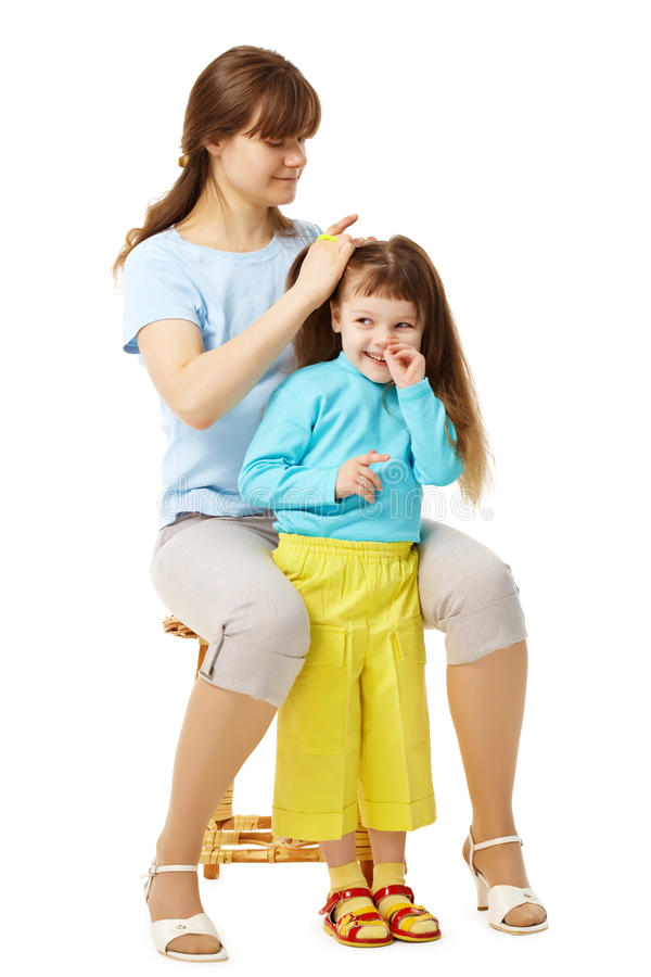 Mamma bildet Tochterfrisur lizenzfreie stockbilder