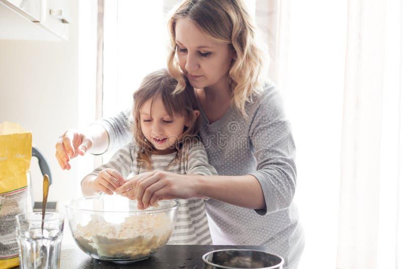 Mamma che cucina con la figlia immagini stock libere da diritti