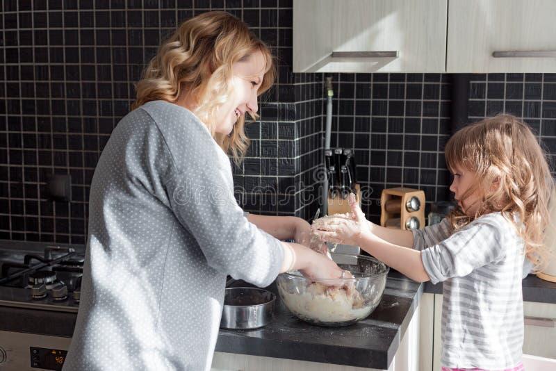 Mamma che cucina con la figlia fotografia stock libera da diritti