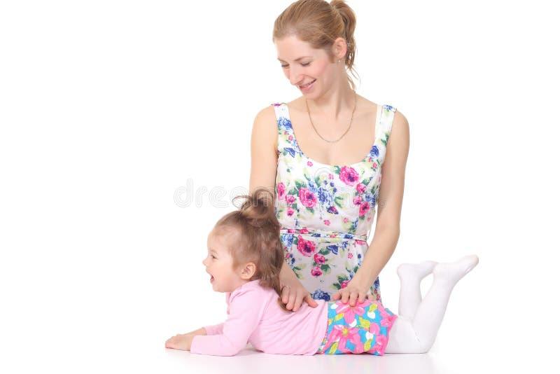 Mamma che fa gli esercizi il vostro bambino immagine stock
