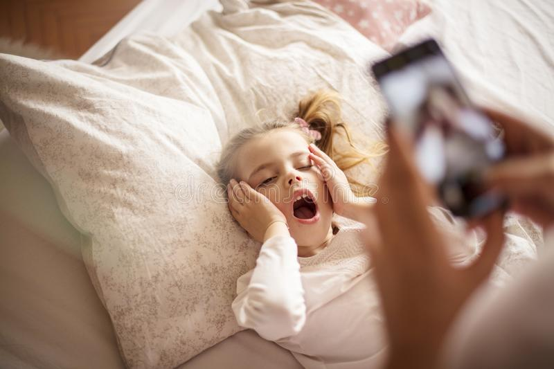 Mamma che mi sono stancato, non voglio prendere un'immagine fotografia stock