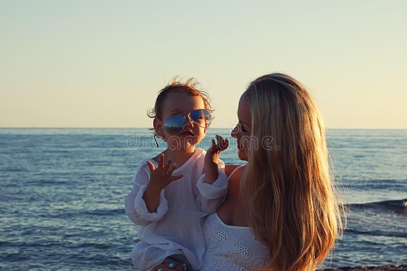 Mamma con il bambino sulla spiaggia nel lato, Turchia fotografia stock
