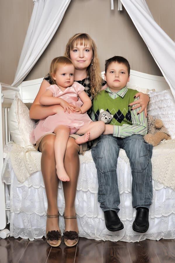 Mamma con il figlio e la figlia fotografia stock