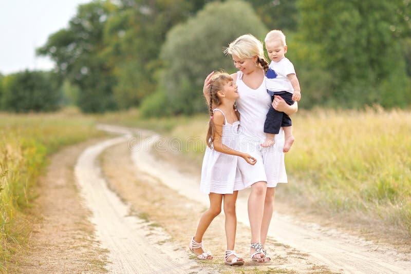 Mamma con il figlio e la figlia fotografie stock libere da diritti